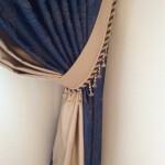 Тёмно-синие и светлые тона собраны в красивые подхваты с отделкой шнура  и стекляруса
